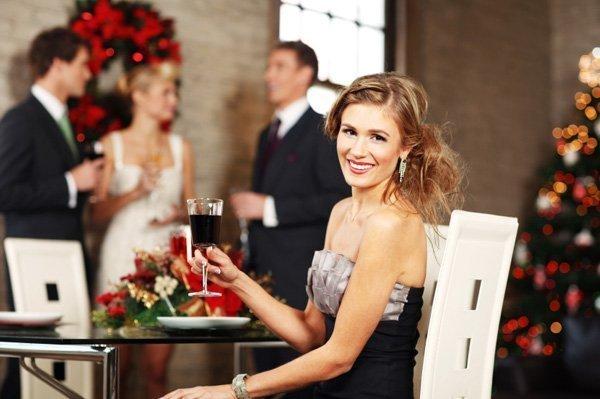 donna che sorride al bar